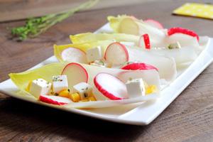 Radieschen, Feta und Chicorée Salat
